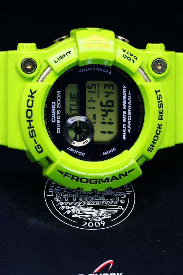 •スクリューバック  •耐衝撃構造(ショックレジスト)  •ISO200m潜水用防水  •ケース・ベゼル材質: チタン/樹脂  •樹脂バンド  •タフソーラー(ソーラー充電システム)  •ダイビング機能(潜水時間:計測範囲23時間59分59秒、表示単位1秒、インターバルタイム:計測範囲23時間59分(59秒)、表示単位1分)  •ログデータ(潜水開始時刻、潜水時間)を1本メモリー  •サイト機能:プリセットされた世界のダイビングポイント10都市の時刻表示、エリア変更登録機能、サマータイム設定機能付き  •ID機能:C CARD、PASSPORT、BLOOD TYPE(Rh式/ABO式)を各1件ずつメモリー  •ストップウオッチ(1/100秒、24時間計、スプリット付き)  •タイマー(セット単位:1秒、最大セット:24時間、1/10秒単位で計測、オートリピート)  •時刻アラーム3本・時報  •バッテリーインジケーター表示  •パワーセービング機能(暗所では一定時間が経過すると表示を消して節電します)  •フルオートカレンダー  •12/24時間制表示切替  •耐低温仕様(-20℃)   •ELバックライト(フルオートELライト、残照機能付き) •精度:平均月差±15秒   •フル充電時からソーラー発電無しの状態での駆動時間   機能使用の場合:約5ヵ月