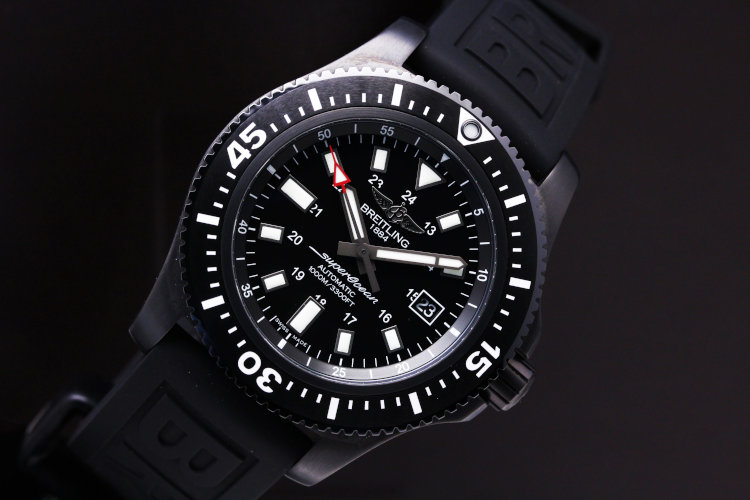 Breitling Superocean 44 Special - M17393 The oversized hands, numerals and hour-markers, accentuated by a luminescent coating, ensure optimal readability even in the dark ocean depths.